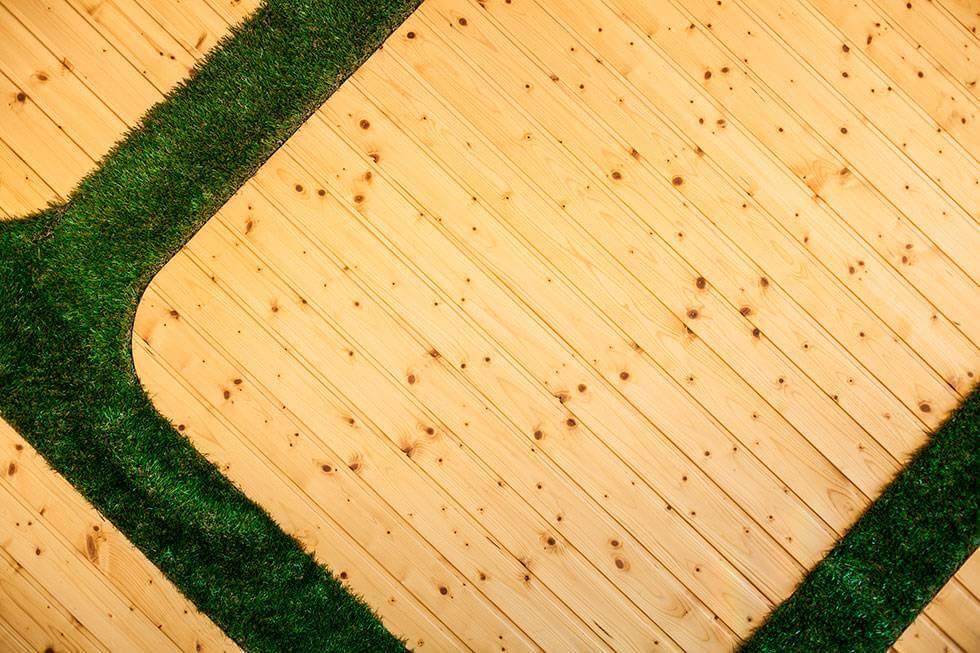 Combinación de césped y madera